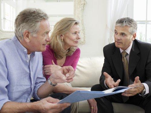 Ehepaar beschäftigt sich mit dem Thema Rentenversicherung